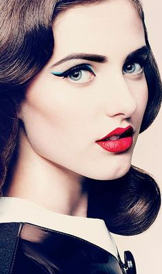 """""""Pretty eyeliner & red lips"""". What makes this #makeup even more stunning are her brows."""