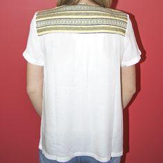 Un haut très simple mais qui sort de l'ordinaire ? C'est le cas du top UU142 de la marque Carminn. Le style est apporté par les détails colorés aux encolures qui se poursuivent jusqu'au haut du dos. Retrouvez ce produit ainsi que de nombreux autres vêtements et accessoires sur http://www.carlaraffi.com