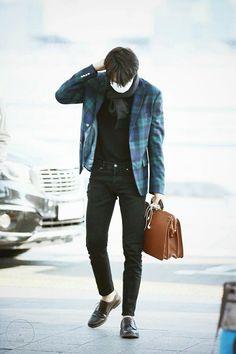 Kai - 170317 Incheon Airport, departing for Kuala Lumpur Credit: KNK. Korean Fashion Men, Korean Street Fashion, Korean Men, Mens Fashion, Exo Kai, Baekhyun, Kaisoo, Airport Fashion Kpop, Kpop Fashion