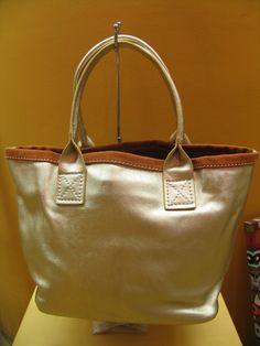 El dorado en los bolsos está de moda este verano 2013