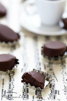 Chocolats maison à la ganache au café Chocolate Bonbon, Chocolate Shop, Chocolate Fudge, Chocolate Truffles, Make Your Own Chocolate, Chocolate Decorations, Food Inspiration, Sweet Recipes, Tasty