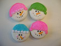 Snowman white chocolate dipped Oreo cookies Sooo doing this for the kids! Best Christmas Cookies, Christmas Snacks, Xmas Cookies, Christmas Cupcakes, Oreo Cookies, Christmas Goodies, Holiday Treats, Christmas Fun, Chocolate Cookies