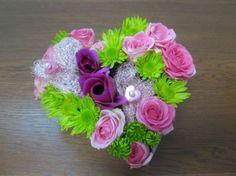 Une composition florale en forme de coeur