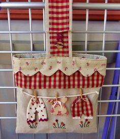 sewing idea for bag ♥ Fabric Crafts, Sewing Crafts, Sewing Projects, Projects To Try, Patchwork Bags, Quilted Bag, Clothespin Bag, Peg Bag, Fabric Bags