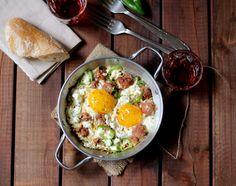 volete un mezès con i controfiocchi? Eccolo! saganaki con uova, salsiccia e feta