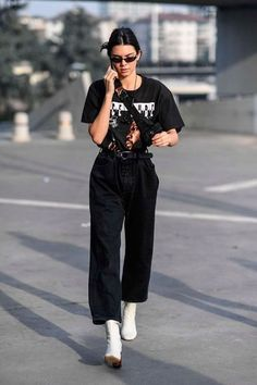 Kendall Jenner Goes Shopping, These Are The Black Denim Jeans She Buys Jeans, schwarze Jeans, schwar Street Style Outfits, Looks Street Style, Street Style Summer, Casual Street Style, Mode Outfits, Looks Style, Casual Outfits, Street Style Fashion, Model Street Style