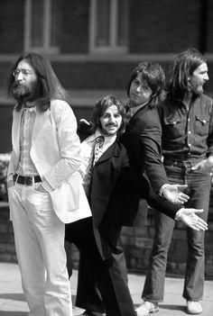 The Beatles preparados para cruzar el famoso paso de cebra de Abbey Road, Londres. La fotografía es de Linda McCartney (1969)