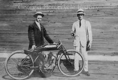 1914 Men pose with experimental Indian bike Atlanta Motordrome Indy Car Racing, Indy Cars, Indian Motorcycles, Vintage Motorcycles, Vintage Bikes, Vintage Cars, Martin Luther King Memorial, Harley Davidson Images, Indian Motors
