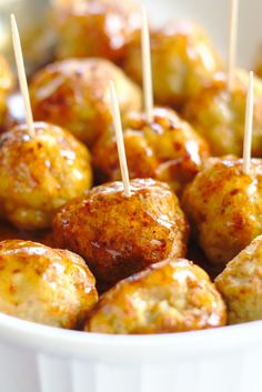 Honey Sriracha Chicken Meatballs is part of Fall appetizers Chicken - Honey Sriracha Chicken Meatballs A delicious appetizer or meal made with homemade baked chicken meatballs and a spicy honey sriracha sauce! Chicken Meatball Recipes, Chicken Appetizers, Yummy Appetizers, Appetizer Recipes, Dinner Recipes, Chicken Snacks, Honey Sriracha Chicken, Spicy Honey, Sriracha Sauce