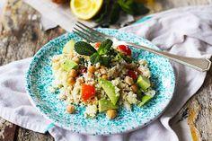 On l'appelle « couscous » mais en fait il n'y a pas de semoule de blé dans ce plat. Il s'agit plutôt d'une salade où le chou-fleur cru est haché tellement fin qu'on a l'impression que c'est de la semoule.