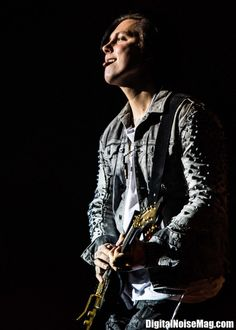 Synyster Gates always with the tongue <3