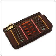 Sehr aufwändig gemachte Geldbörse von Fossil mit einem aus dem Leder ausgeschnittenen Muster. Schön und funktional, in der besonderen Qualität von Fossil, unseren beliebtesten Geldbörsen.