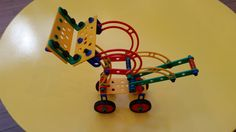 Mecanismo de elevação da pá de trator, simulado com as peças estruturais Atto.  Posição levantada. Robot, Log Projects, Robots