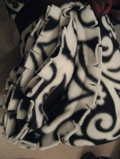 no tie fleece blanket -- 3 unique ways to finish the edges of fleece blankets Braided Fleece Blanket Tutorial, Fleece Blanket Edging, Fabric Crafts, Sewing Crafts, Sewing Projects, Diy Crafts, No Sew Blankets, Fleece Projects, Crochet Quilt