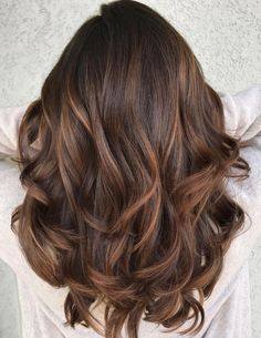 Most beautiful and modern trends of smooth caramel balayage hair color ideas for ladies that will really help them to make their locks more attractive then ever. You know the balayage is french hair coloring technique which is now has become more popular Auburn Balayage, Brown Hair Balayage, Brown Blonde Hair, Hair Color Balayage, Haircolor, Dark Chestnut Brown Hair, Caramel Hair Highlights, Brunette Hair Chocolate Caramel Balayage, New Hair