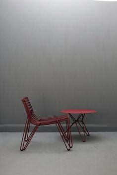€353 Stackable chair made solely from steel wire. Suitable for indoor and outdoor use. Galvanized metal wire covered with a polyester powder coat, available in eight...