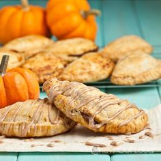 Pumpkin Pasties (Hand Pies) - Flaky, buttery crust with cinnamon-y pumpkin filling. For all your Harry Potter fans and Pumpkin lovers. Harry Potter Treats, Harry Potter Food, Beignets, Pumpkin Pasties, Cauldron Cake, Pumpkin Pie Recipes, Fall Recipes, Holiday Recipes, Pumpkin Cakes