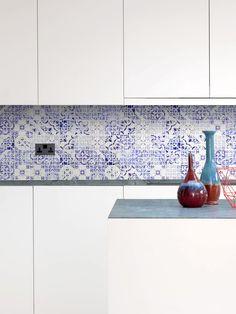 Polished glass mosaic with inkjet printed wall mosaic tile. Mosaic Glass, Blue Glass, Blue Backsplash, White Modern Kitchen, Wall Boxes, Mosaic Tile Backsplash Kitchen, Granite Countertop Designs, Blue Tiles, Tile Backsplash