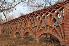 Кирпичный забор из арок на отдельностоящих фундаментах. Кирпичный забор с арками. Архитектор Антон Булатецкий