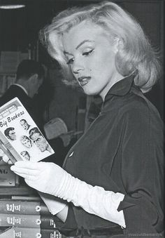 Marilyn in a bookstore in Los Angeles, by André de Dienes, February 1953.