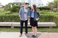Look do dia duplo. Eu visto blusa azul, saia preta, jaqueta jeans e sapato preto de verniz. Ele veste calça preta, camiseta, blusa jeans e sapato.