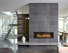 moderne-feuerstelle-im-haus - graue steinwand und feuer - Wie sehen moderne Kamine aus? Erfahren Sie gleich!
