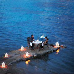 Cenar al borde del mar en Mykonos, Grecia.