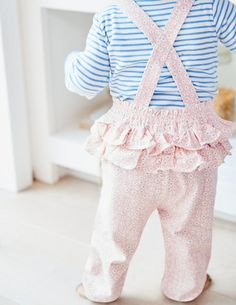 There aren't many things as soft as baby's skin, but these 100% cotton jersey dungarees come pretty close! They have a sueded finish for extra cosiness, and are made to last too – the perfect match for little crawlers. Ruffling detail and all-over prints are the cherries on the cake.