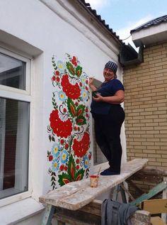21728413_294310131049684_5444588859716413923_n.jpg (714×960) Mais Cor Por Favor, Polish Folk Art, Ceiling Art, Painted Floors, Painted Furniture, Ukrainian Art, Community Art, Tole Painting, Traditional House