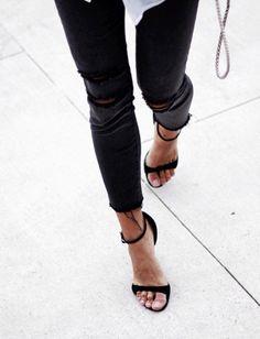 slim déchiré - fines sandales noires - Les Brèves - Tendances de Mode