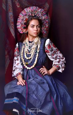 The magic world of colours: Das ukrainische Fotoprojekt Treti Pivni Teil II - Women Style Folk Fashion, Fashion Fabric, Ethnic Fashion, Womens Fashion, Fashion Textiles, Traditional Fashion, Traditional Dresses, Ukraine, Gravure Photo