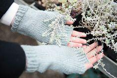 Free+Knitting+Pattern+-+Fingerless+Gloves+&+Mitts:+Semplice+Fingerless+Mitts