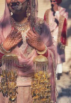 Pinterest: @pawank90 Wedding Chura, Sikh Wedding, Punjabi Wedding, Wedding Couples, Indian Wedding Couple Photography, Bridal Photography, Indian Bridal Outfits, Indian Bridal Fashion, Bridal Chuda