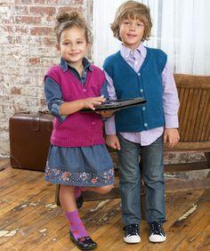 Schicken Sie Ihr Kind in dieser gemütlichen Weste zur Schule. Sie ist so einfach zu machen, dass Sie aus jeder Farbe des Regenbogens für jedes Kind eine Weste stricken können.