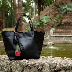 Bolsa Esmeralda Preta, Dervish Bags. Couro legítimo, textura anaconda. Conheça…