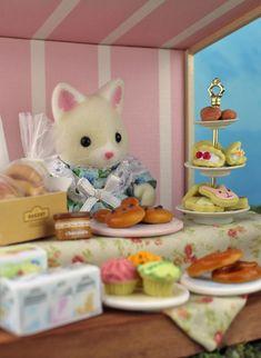 Sylvania Grove – Miniature toy photography of Sylvanian Families dioramas – Best Baby And Baby Toys Doll Crafts, Diy Doll, Sylvanian Families House, Sylvania Families, Toys Photography, Miniature Photography, Potpourri, Teddy Bear, Crafty