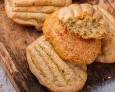 Madeleines sans sucre et sans beurre à la farine complète et aux amandes : http://www.fourchette-et-bikini.fr/recettes/recettes-minceur/madeleines-sans-sucre-et-sans-beurre-la-farine-complete-et-aux-amandes