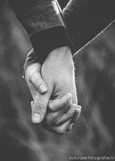 couple, in love, love, winter, loveshoot, idea's, inspiration, hands, blackandwhite, b&w, dunes