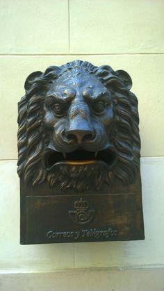 Alter kubanischer Briefkasten mit Löwenkopf - old Cuban mailbox with lions head.