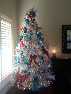I like the idea of the tree.....decorated for the 4th, decorated for the 4th of July in this pic, but why not for each holiday or family member birthday with pictures from the past, and etc?