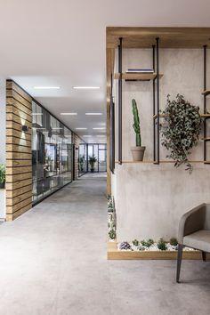 A Look Inside Elissa Stampa's Sleek Istanbul Office – industrial office interior Zen Office, Look Office, Office Plan, Home Office Decor, Small Office, Office Ideas, Office Meeting, Meeting Rooms, Office Spaces