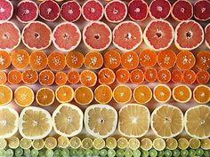 Regenbogen auf dem Teller: Obst und Gemüse kreativ arrangiert