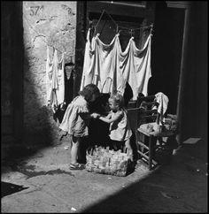 Italian Vintage Photographs ~ ~ Wayne Miller - Naples, Italy S) Antique Photos, Vintage Photographs, Vintage Photos, Old Pictures, Old Photos, Wayne Miller, Napoli Italy, Vintage Italy, Magnum Photos