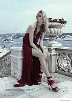 Dauphine McKee in Rich Jewel Tones for GLOW by Arkan Zakharov Cenário glamouroso em Istambul! Luxo total.