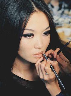 maquillage chinoise yeux bridés, cheveux longs noirs, comment bien maquiller les yeux en amande