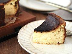 食通のためのグルメメディアdressing「dressing編集部」の記事「真っ黒に焼くのがポイント!甘いのにほろ苦い、スペイン発祥「バスク風チーズケーキ」の作り方」です。