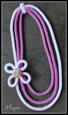 Collar con flor realizado con Tricotín