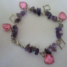 Pulseira feita de cascalho natural ametista e coração em acrílico rosa com acabamento em abs prateado. R$ 4,50