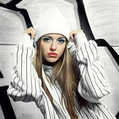 Hot Hip Hop Fashion Brands and styles. Article discusses the hot trends, gear and clothing brands for hip hop fans. Hip Hop Fashion, Trendy Fashion, Fashion Brands, Hip Hop Bands, Hip Hop Women, Different Dress Styles, Beautiful Hips, Female Poses, Winter Jackets