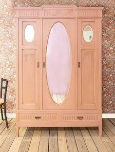 Spiegelkast geschilderd in de kleur Plum, met een waslaag na behandeld voor een meer verweerde look.
